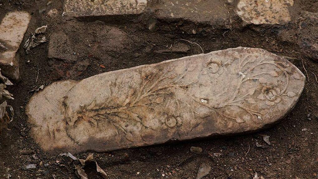 Arkeoloji Müzeleri denetiminde alanda başlayan kazılarda, döşeme taşlarının 70 santimetre altında, tarihi dergahın duvarları, zemin döşeme yapıları ve tarihi mezar taşlarına ulaşıldı.