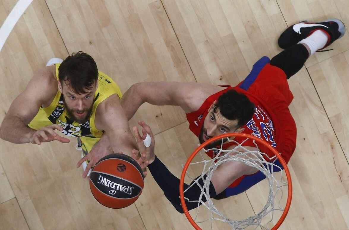 Fenerbahçe Beko'nun alan savunmasını Clyburn'ün 3 sayılık basketleriyle yıkan ev sahibi ekip, 19. dakikada farkı 9 sayıya çıkardı: 46-37. Fenerbahçe Beko, soyunma odasına ise 50-42 geride gitti.