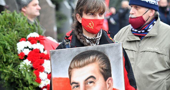Rusya Federasyonu Komünist Partisi (KPRF) yönetimi ve destekçileri, Sovyet lider Josef Stalin'in 68. ölüm yıldönümünde Kremlin'in yanı başındaki mezarına çelenk ve çiçekler bıraktı.