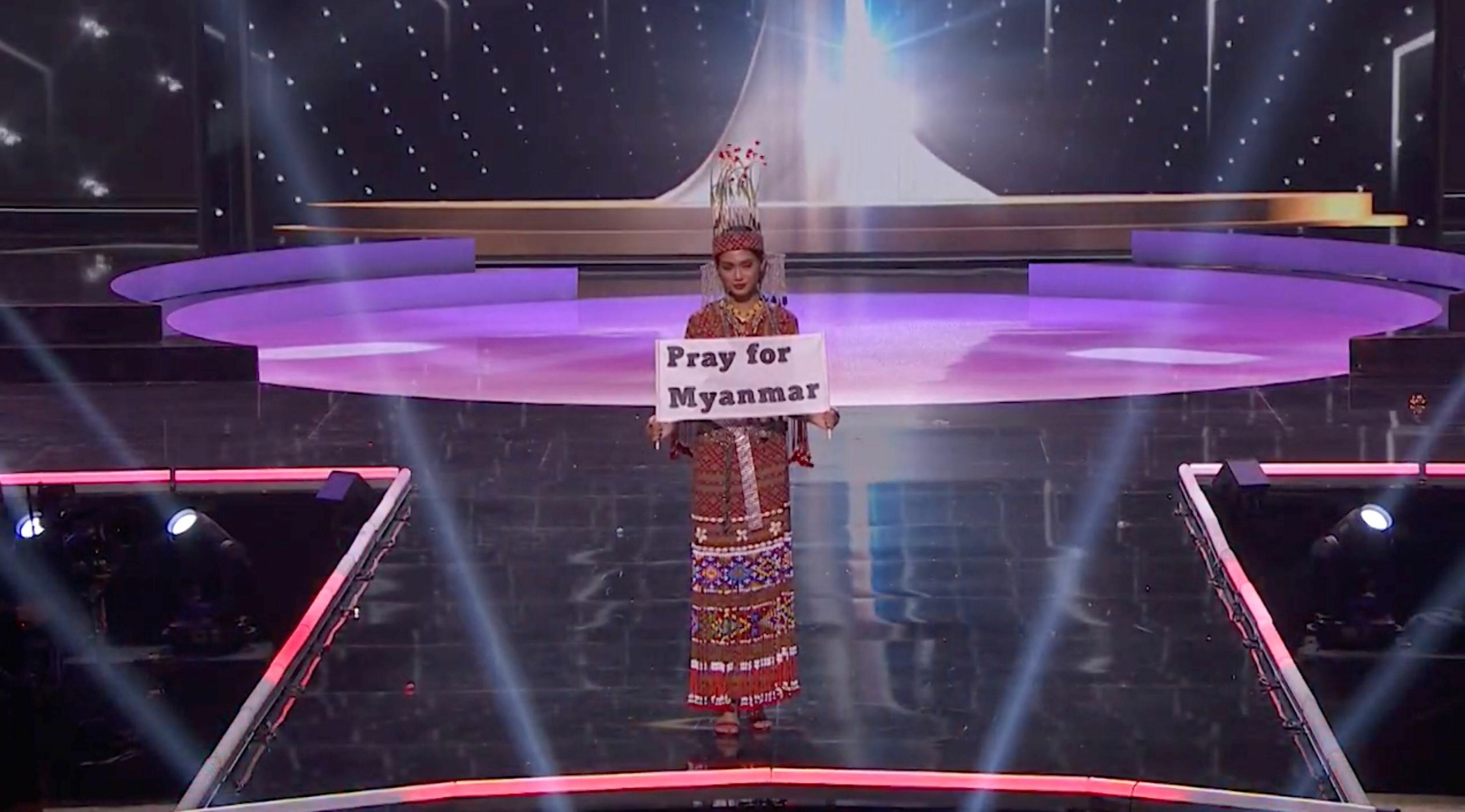 Thuzar Wint Lwin, yarışmanın 13 Mayıs'taki ulusal kostüm kategorisinde ise birinciliği kazandı, 'Myanmar için dua edin' yazılı pankart açtı.