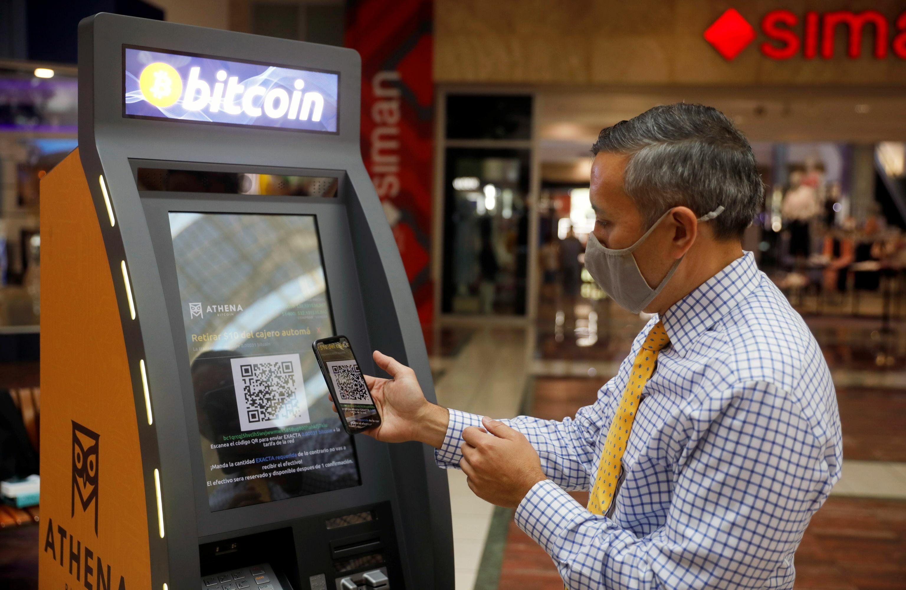 Bitcoin ATM firması Athena Bitcoin'in CEO'su Eric Gravengaard, başkent San Salvador'a yerleştirilen ATM'leri tanıtıp kullanımının nasıl olacağını gösterdi. Ülkede ATM'lere nihai olarak 1500 dolardan fazla yatırım yapmak isteyen Athena'nın hedefi aşamalı olarak 1500 ATM yerleştirmek ve ülkede bir ofis açmak.