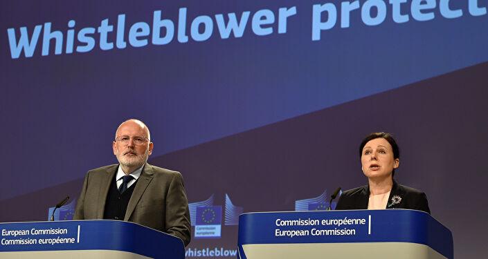 AB Komisyonu Birinci Başkan Yardımcısı Frans Timmermans ve AB Komisyonu'nun Adaletten Sorumlu Üyesi Vera Jourova