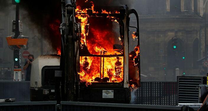 Fransa genelinde binlerce aşı karşıtı, sağlık kartının kullanımı ve sağlık çalışanlarının zorunlu aşılanmasına karşı protestolar sırasında iş makinelerini ve çöp konteynerlerini ateşe verdi.