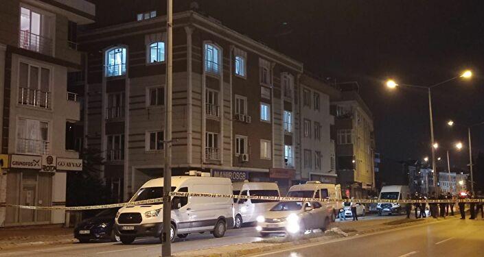 """Beylikdüzü'nde bir apartman dairesinde ölü bulunan yaşlı kadının ve oğlunun cesedini almaya gelen sağlık ekipleri, daire odasında girdiklerinde """"Bomba düzeneği var yaklaşmayın"""" notunu görünce büyük şok yaşadı."""