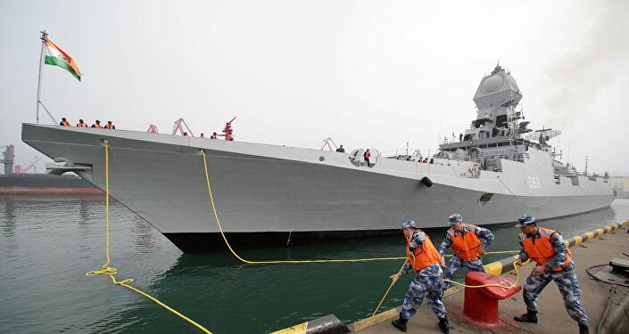 2019'da Çin Halk Kurtuluş Ordusu Donanması'nın kuruluşunun 70. yıldönümü törenlerine katılmak için Qingdao limanına demirleyen Hindistan savaş gemisi INS Kolkata