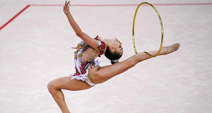 Rus sporcu Dina Averina, çember ile gösteri yaparken...